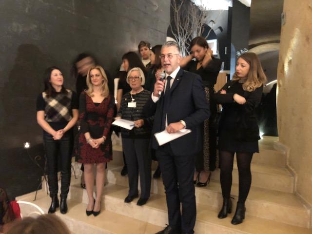 Durante la cena di gala, al centro la Presidente dell'Associazione Donatella Cinelli Colombini, al microfono Martino Beggio, Antica Pasticceria Muzzi